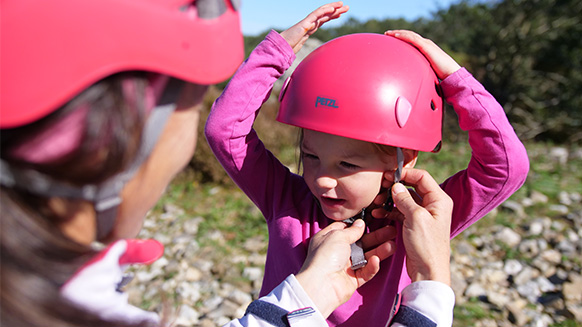 Equipaggio i miei bambini per l'arrampicata