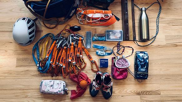 ¿Qué lleva Margo Hayes en su mochila?
