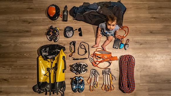 ¿Qué asegurador lleva Chris Sharma en su mochila de escalada?
