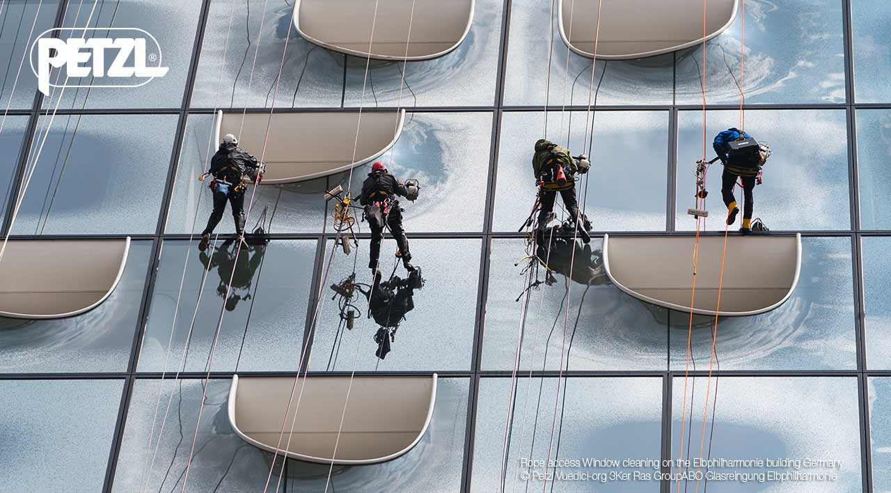 Rope access Window cleaning on the Elbphilharmonie building Germany © Petzl Vuedici-org 3Ker Ras GroupABO Glasreingung Elbphilharmonie