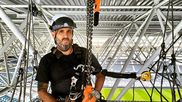 Mit Jose Luis auf dem Dach eines Fußballstadions
