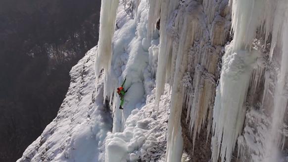 Capture d'écran de la vidéo :Extreme ice climbing - Cascade de l'Oule, France (V+, 5+)