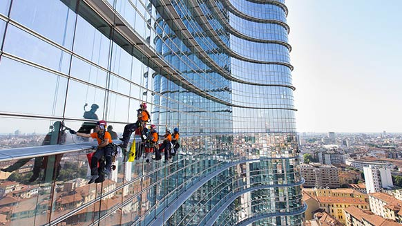 Rigger Italia: rope access pros take on a bank